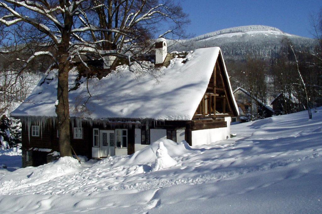 Výsledek obrázku pro stará horská chalupa v zimě